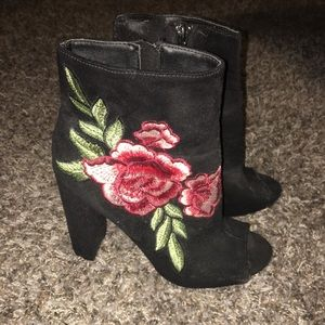 Black open toes booties with rose detailing